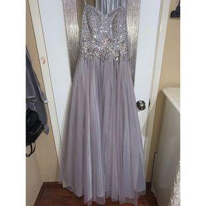 Hi I'm selling this long beautiful strapless dress